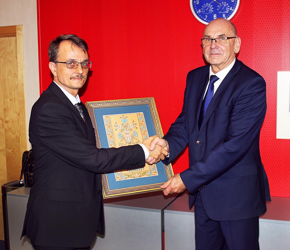 Riaditeľ organizačnej a inšpekčnej divízie Odboru finančného vyšetrovania Štátneho kontrolného výboru Bieloruska Igor Malashevich a predseda NKÚ SR Karol Mitrík.