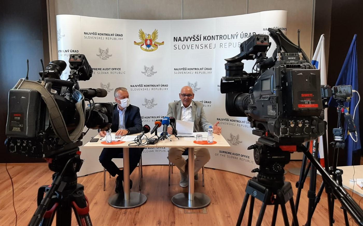 fotografia z tlačovej konferencie - Ľ. Andrassy, K. Mitrík