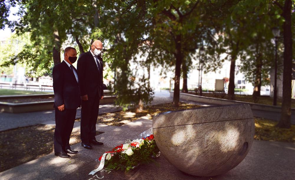 P. Banas, K. Mitrík - pamätník sviečkovej manifestácie