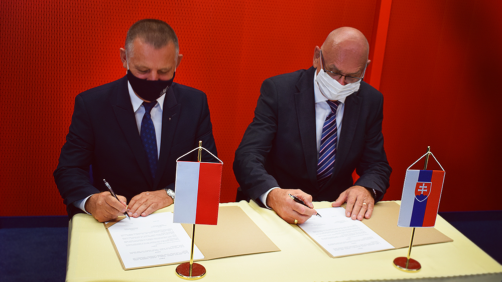 M. Banasz, K. Mitrík - podpis zmluvy